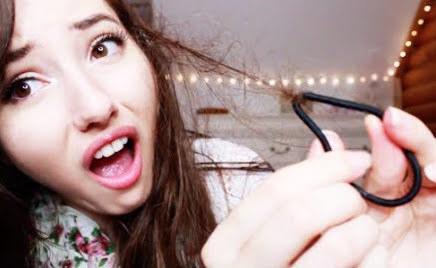 Actuar como si fuese totalmente normal usar ligas para el cabello ~cubiertas~ de cabello en tu muñeca para que todos las vean.