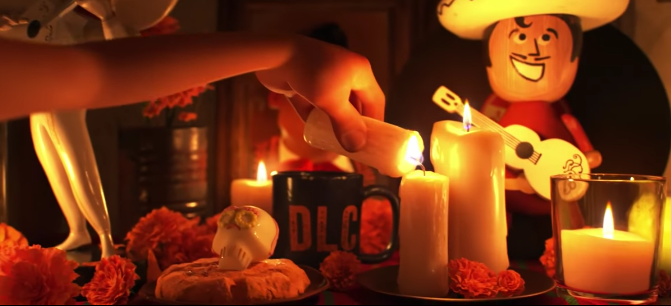 El altar que pone no es una gringada, tiene comida, música, velas, flores de cempasúchil, y ¡hasta la taza con agua!