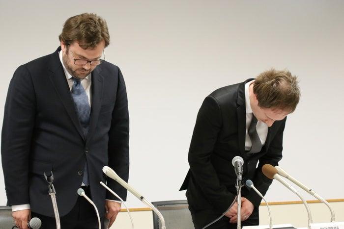 謝罪するDAZNのジェームズ・ラシュトンCEO(左)とウォーレン・レー開発部長