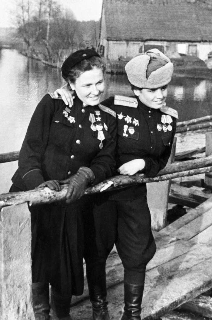"""Popowa (oben links) war erst 19 Jahre alt, als sie Pilotin wurde. Nachdem ihr Bruder 1941 von den Nazis getötet wurde, war sie auf Rache Feldzug. Sie absolvierte 852 Flugeinsätze (!!!) als eine der """"Nachthexen"""" der Sowjetunion (der Name, den die Deutschen den weiblichen Pilotinnen gaben, die Bomben aus Flugzeugen warfen, die aus Sperrholz und Leinen gebaut waren und ein rauschendes Geräusch hinterließen, wenn sie durch die Nacht flogen). Laut New York Times flogen die Nachthexen nur bei Dunkelheit und """"hatten keine Fallschirme, Maschinengewehre, Radios oder Radargeräte; lediglich Karten und Zirkel. Wenn Sie von Leuchtspurgeschossen getroffen wurden, brannten ihre Flugzeuge wie Papier."""" Die Frauen flogen manchmal bis zu 18 Einsätze in einer einzigen Nacht und Popowa sagte, dass sie in nahezu jeder Nacht auf feindlichen Beschuss gestoßen seien. (Einmal, so sagte sie, hätte sie 42 Einschusslöcher in ihrem Flugzeug gezählt. Zweiundvierzig.) Die Nachthexen warfen in vier Jahren 23.000 Tonnen Sprengstoff (aus SPERRHOLZ-FLUGZEUGEN!!!!) auf Nazis. Aber ihre Einsätze waren schwierig und gefährlich. """"Wenn der Wind stark wehte, wurde das Flugzeug umher geschleudert. Im Winter hast du dir eine Frostbeule beim Herausschauen nach den Zielen geholt. Unsere Füße froren in unseren Stiefeln ein, aber wir sind immer weitergeflogen"""", sagte Popowa. """"Wenn du aufgibstt, hast du nichts erreicht und warst keine Heldin. Diejenigen die aufgaben, wurden abgeschossen und in ihrem Flugzeug bei lebendigem Leib verbrannt, da sie keine Fallschirme hatten."""" Popowas Flugzeuge wurden tatsächlich mehrfach abgeschossen, aber sie hat es immer überlebt und wurde später die stellvertretende Kommandantin des 588. Nachtbomber-Regiments. Ernsthaft, ihr kompletter Nachruf ist es wert, gelesen zu werden."""