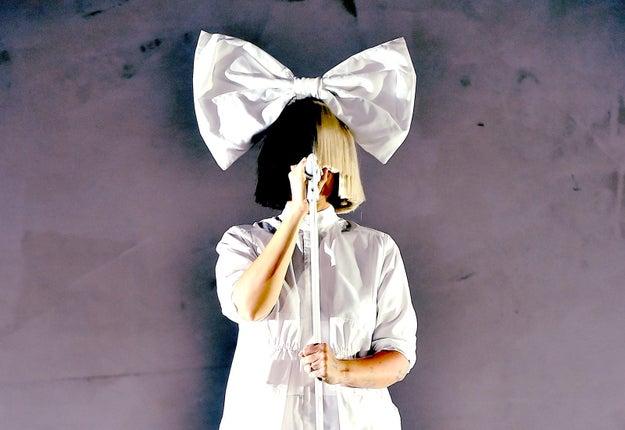 Es posible que conozcas a Sia como la VERDADERA y emblemática cantante y compositora, que es tan conocida por su impresionante voz como por su ecléctica variedad de pelucas.