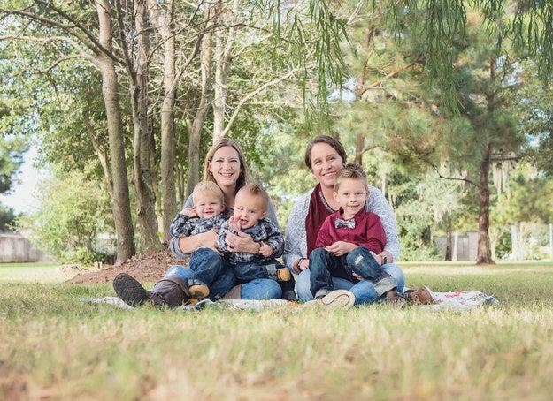 """""""Minha esposa, Teresa, e eu com nossos três filhos (dois de 1 ano e 4 meses e um de 3 anos). Minha esposa concordou, de forma bem altruísta, em ter nossos três filhos depois que descobrimos que, por questões de saúde, eu não poderia ficar grávida. Nossa casa é tão cheia de amor que às vezes eu acho que meu coração vai explodir. Eu realmente acho que somos muito sortudas e abençoadas.""""—ceciliac497c7bba6"""