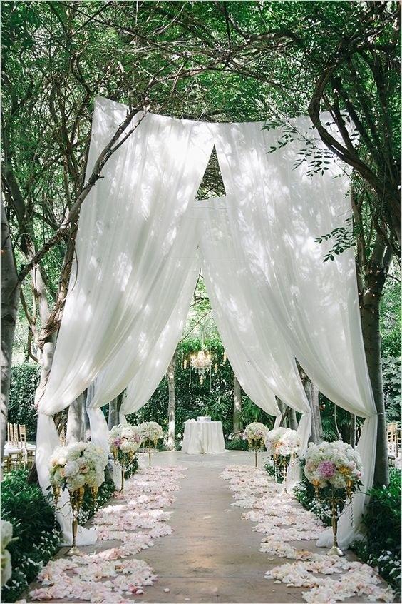 Sí, ya sé, yo también quise la boda en la granja con luces de feria durante un atardecer perfecto y con 500 invitados perfectamente vestidos. PERO, muchas de esas fotos que ves son en realidad producciones armadas por fotográfos o compañías de servicios para bodas. Bú.