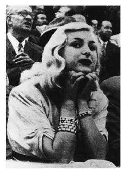 Carmen Broto, más conocida como 'Cascabelitos', era una de las prostitutas de lujo más conocidas de Barcelona durante la década de 1940. En 1949, la policía recibió el aviso de un ciudadano que acababa de encontrar un coche con los cristales rotos y manchas de sangre. Dentro del vehículo se encontraba la documentación de Carmen Broto, conocida en los ambientes nocturnos de Barcelona.Cuando llegó la policía e investigó en las inmediaciones, se dieron cuenta de la existencia de una tapia cercana con tierra recién removida y una pala con más manchas de sangre. Nada más cavar encontraron el cuerpo de 'Cascabaletitos', con su abrigo de astracán pero sin joyas encima.La policía se puso a investigar a los hombres que rodeaban la vida de Broto y las pruebas apuntaron a Jesús Navarro Manau, un canalla de la noche barcelonesa que proporcionaba cocaína y sexo a gente rica. Se dedujo como móvil del crimen el robo de un tercero, del que Jesús Navarro culparía a Broto fingiendo su desaparición. Sin embargo, nunca se pudo demostrar esta hipótesis.Otras teorías van más allá: se sospechaba que Carmen Broto podía molestar a alguien muy poderoso y que por eso ordenaron su asesinato, se comentó que Carmen Broto había comenzado a chantajear a algunos clientes con fotografías comprometidas, que era confidente de la policía e incluso que suministraba menores al obispo de Barcelona. Sea como fuere, a día de hoy nadie sabe quién mató a 'Cascabelitos'.