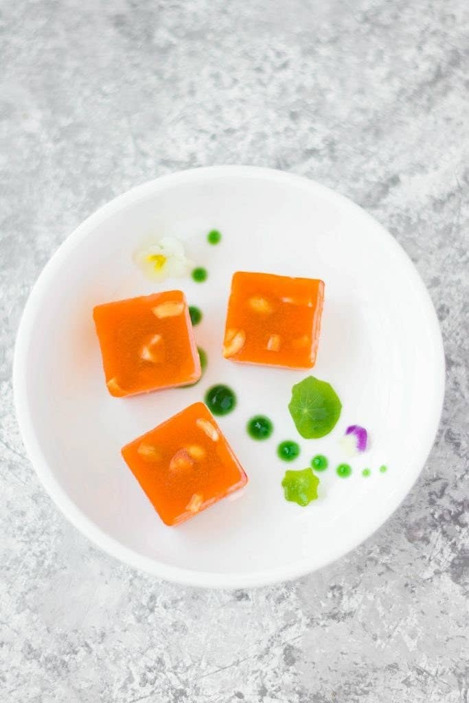 This simple Carrot Halwa jelly is made with carrots, cardamom & Agar. (VEGAN + GF)Get the Recipe: Love is in my Tummy