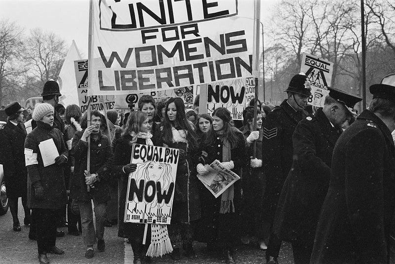 Desde hace más de dos siglos, las mujeres empezaron a organizarse para reclamar igualdad de género y por ahí de 1800 la lucha se fortaleció por el hecho de que muchas mujeres se convirtieron en obreras.