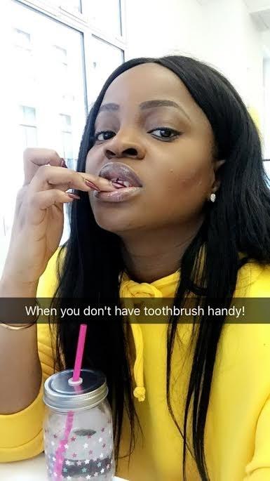 Quitarte el sarro de los dientes con las uñas.