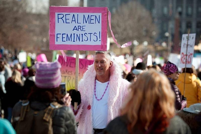 El feminismo es una lucha de hombres y mujeres. Cubre a una mujer en el trabajo y en el hogar para que sea más fácil que haga paro. Difunde en tus redes el sentido de este día. Si asistes a la marcha, escucha lo que las mujeres tienen que decir.