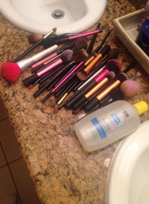 No lavar tus brochas de maquillaje durante mucho tiempo, o sea, meses.
