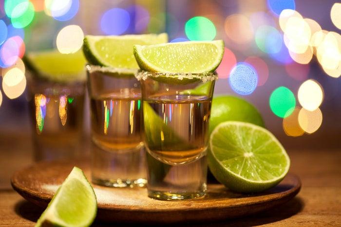 Es ist Tradition, aber nicht immer korrekt. Shotgläser wurden gemacht, um Kuhhörner zu imitieren, die Rancher benutzten, um Tequila in vergangenen Zeiten zu trinken. Damals als man ihn zu Hause destillierte und er nach purem Alkohol schmeckte.Heutzutage sollten Shotgläser nur bei bestimmten Tequilas benutzt werden, die tendenziell etwas stärker sind.