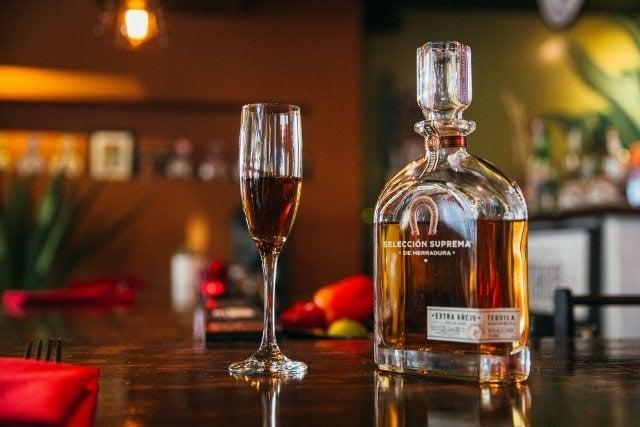 Die Form eines Sektglases konzentriert das Aroma in Richtung deiner Nase und deines Mundes, sodass du den Tequila riechen und dich mit dem Geschmack vertraut machen kannst, bevor du trinkst.