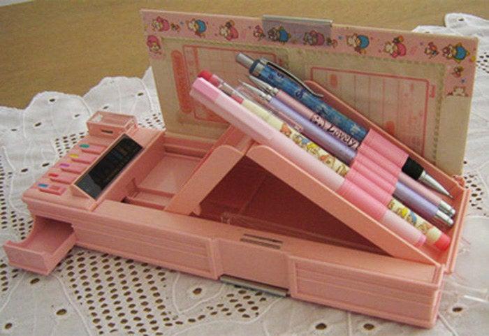 Cada botão guardava uma surpresa: compartimento de borracha, lançamento de lápis, apontador embutido e termômetro (?!).