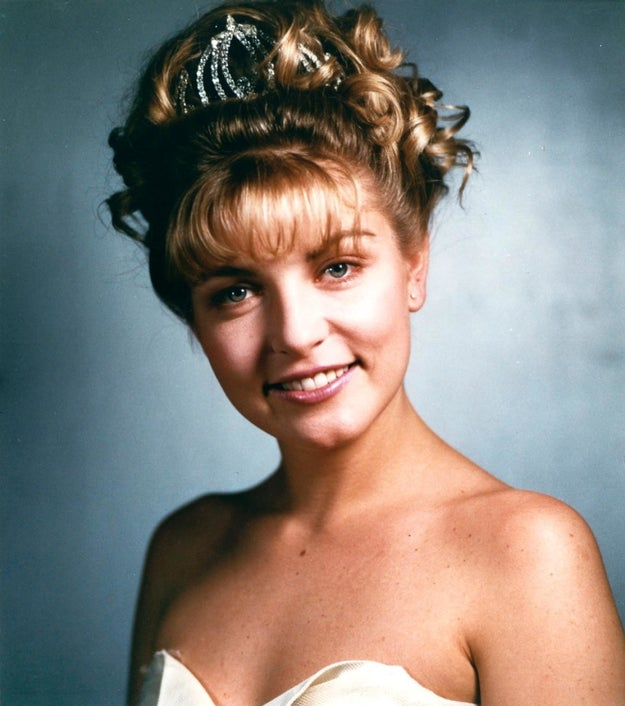 Despite popular fan rumors, the famous photo of Laura Palmer is NOT actress Sheryl Lee's real-life prom photo.