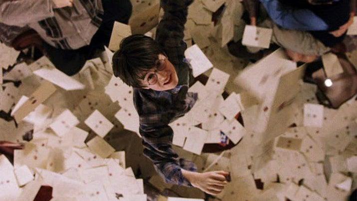 'En La piedra filosofal, cuando Harry intenta coger una de las cartas de admisión de Hogwarts que están volando cuando hay LITERALMENTE CIENTOS DE ELLAS EN EL SUELO. CUÁNTO TIEMPO DESPERDICIADO. Supongo que por eso es por lo que Harry no se clasificó para Ravenclaw'.—melanierenee09