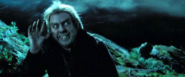 'El que siempre me molesta está en El prisionero de Azkabán. ¿Por qué nadie lanzó el hechizo de Petrificus Totalus contra Colagusano cuando estaban en la Casa de los Gritos? Sirius podría haber limpiado su nombre y Harry se habría librado de los Dursley'.—gracejm2