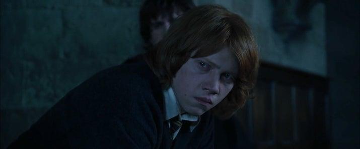 'Solo el hecho de que Harry sea 'el elegido' y Ron nunca tenga el protagonismo no le da derecho a enfadarse con su MEJOR AMIGO por algo que podría matarlo. Además, Harry deja muy claro que él no fue quien puso su nombre en el cáliz. ¿Por qué no le cree? Pero si es su mejor amigo'.—chloew443a6afaf