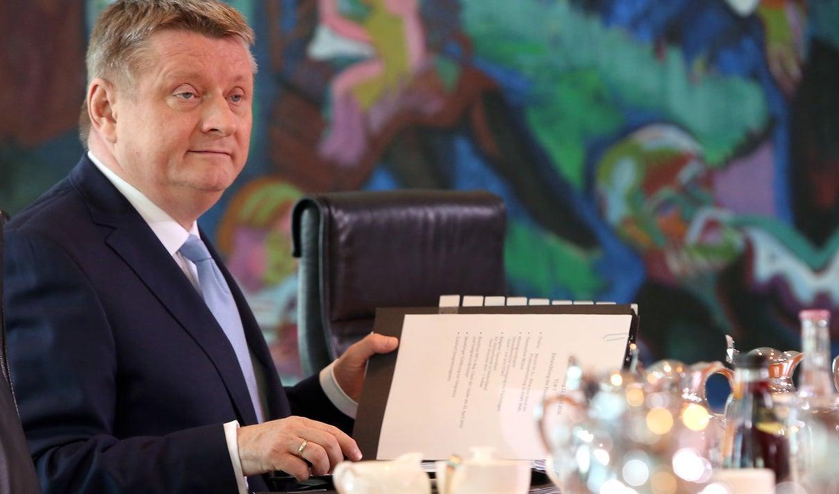 """Gesundheitsminister Hermann Gröhe verspricht """"ein gutes Jahr für (...) unsere Pflegekräfte"""" – doch viele werden von seinem neuen Gesetz wenig spüren."""