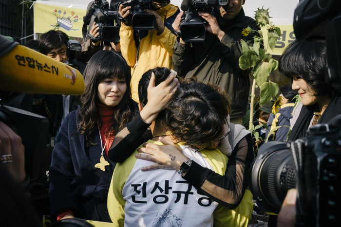 Bereaved Sewol families leave protest tents near the presidential palace after 76 days — with no response from President Park Geun-hye — to thank residents and supporters, Nov. 5, 2014.