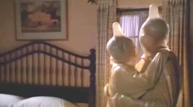 """""""Será que toda mulher toma pílula? Simplesmente se presume que todo casal discute sobre suas DSTs entre os amassos no elevador a caminho do sexo apaixonado e sem palavras no apartamento do protagonista?""""—amazingrando"""