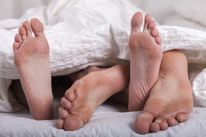 Vamos combinar que sexo anal pode doer se não for feito com cuidado. Por isso que o ritmo, a posição e o processo todo do sexo real é mais gostoso de fazer do que de assistir.