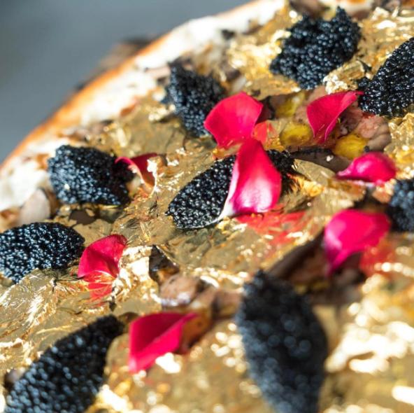 Esta pizza dorada cuesta 250 dólares la PORCIÓN y lleva por encima caviar y fuagrás. ¿He oído fiesta de pizzas?