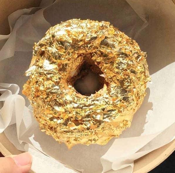 Dale un empujón a tu ingesta diaria de hierro con uno de estos opulentos donuts.