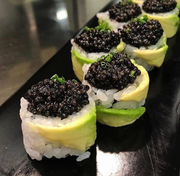 Ocho piezas de este sushi cubierto de caviar te costarán casi 300 dólares en este 'casual' establecimiento de sushi en Nueva York. Eso es 37.50 dólares cada UNO.