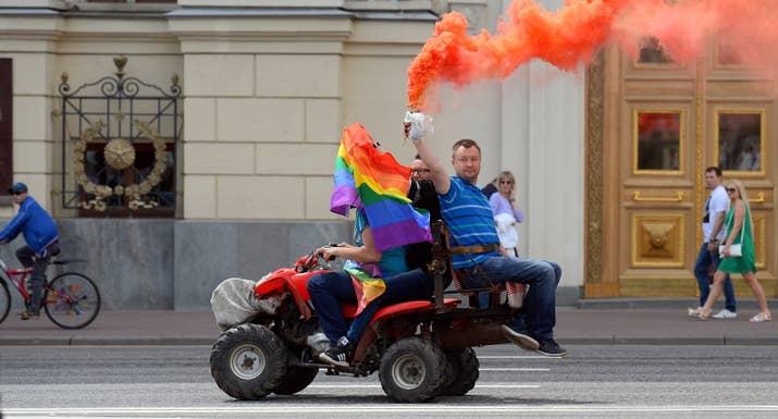 El 10 de marzo se publicó una copia de la solicitud en la web VKontakte, en un grupo para personas gays del Cáucaso, con el comentario: '¿Esto es verdad?''Si es así, ya te puedes olvidar de las redes sociales y quedarte tranquilo sentado en casa mientras te haces una paja viendo porno, porque el escándalo que se va a producir en todo el Cáucaso va a despertar la homofobia', escribió un usuario de VK. La solicitud fue denegada: las autoridades citaron los 'valores familiares tradicionales' de la región en una declaración que indicaba que 'realizar eventos que hagan propaganda directa o indirecta de la idea de LGTB es inaceptable'. Klimov contó en la web Caucasian Knot que, tras haber cumplimentado la solicitud, comenzó a recibir amenazas por teléfono y en diversas plataformas de mensajería por parte de personas de la región. El líder de GayRussia, Nikolai Alexeyev, que tiene su base en Moscú y es una figura controvertida en los círculos de activistas LGTB (ver la foto sobre estas líneas), indicó a Novaya Gazeta que solicitar permiso a las autoridades para celebrar eventos LGTB en Rusia forma parte de una estrategia para recoger denegaciones para una causa que quieren presentar ante el Tribunal de Derechos Humanos.
