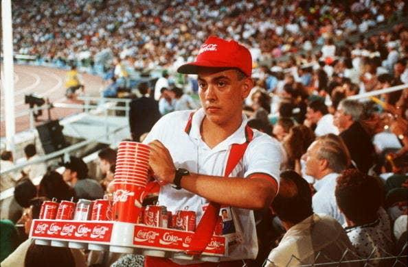 Un vendedor durante la ceremonia de inauguración de los Juegos Olímpicos de 1992.