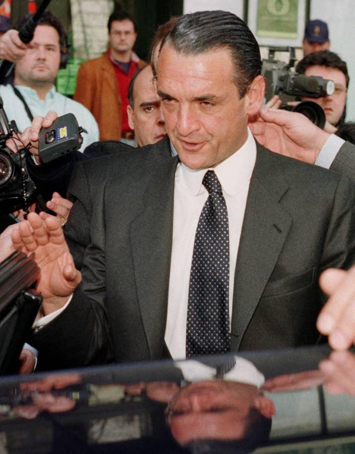 Mario Conde se dispone a entrar en su coche tras declarar el 3 de marzo de 1993.