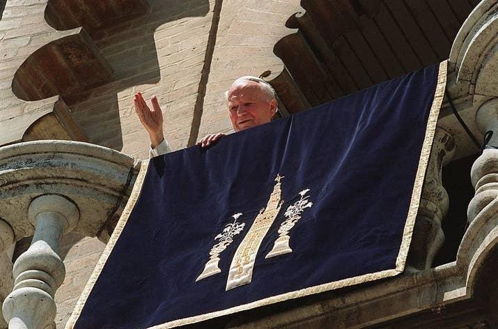 El Papa Juan Pablo II, en el balcón de la Giralda, en Sevilla, el 12 de junio de 1993.