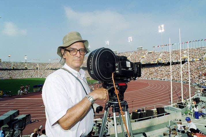 Carlos Saura posa mientras filma el documental oficial de los Juegos Olímpicos de Barcelona.