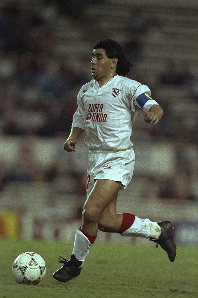 Diego Armando Maradona durante un partido entre el Sevilla y el Bayern de Munich. Con publicidad de Super Nintendo.