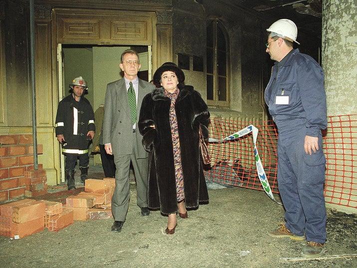 La soprano Victoria de los Ángeles visita el Gran Teatro Liceo de Barcelona poco después de que un incendio lo destruyese en 1994.