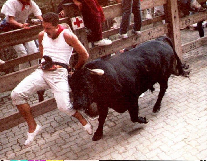 Un hombre es embestido por un toro en Pamplona el 11 de julio de 1992.