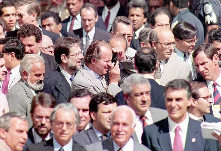 Juan Carlos I hace una foto el 16 de julio de 1993 en Salvador de Bahia, Brasil.