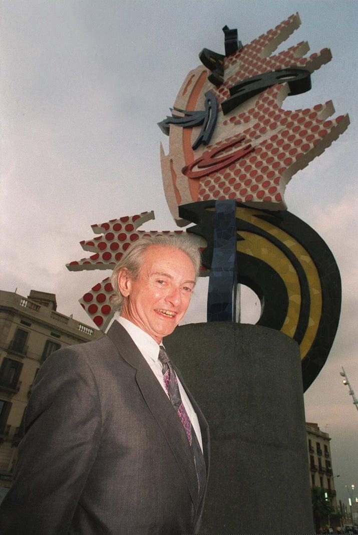 Roy Lichenstein posa frente a una de sus estatuas en julio de 1992 en Barcelona.