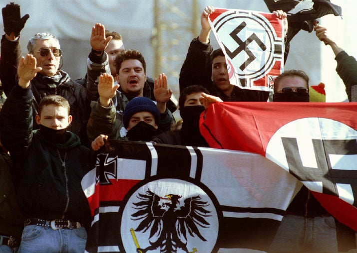 Un grupo de fascistas con banderas nazis durante una manifestación para conmemorar el 18 aniversario de la muerte de Franco.