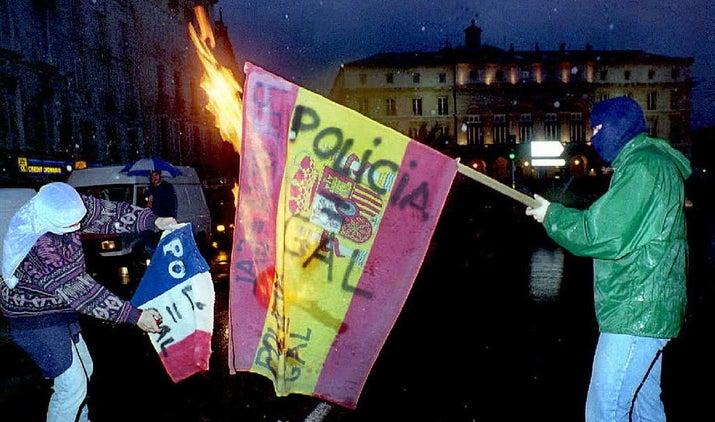 Manifestantes vascos queman banderas españolas y francesas en Bayona en una manifestación contra los GAL.