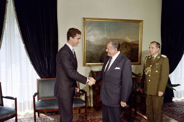 El entonces príncipe Felipe saluda al presidente chileno en el Palacio de La Moneda el 5 de octubre de 1992. Tenía 24 años.