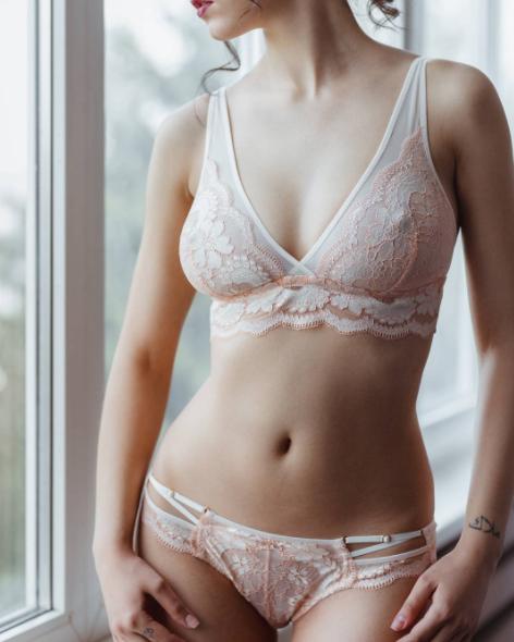 «Je sais que c'est cher mais vaut mieux avoir de bons soutiens-gorge qui soutiennent correctement les seins pour ne pas avoir mal au dos (et aussi qui les recentrent parce que ça fait un plus joli décolleté).» —AL, 95D
