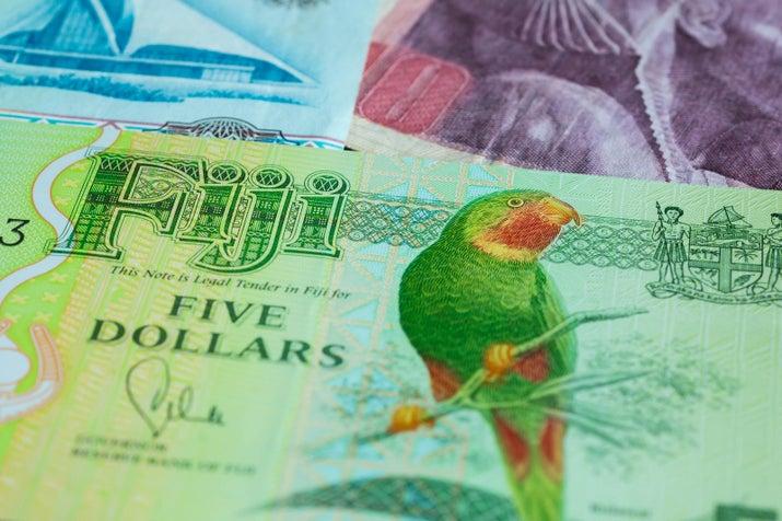 С 2013 года, Фиджи распространила яркие банкноты, которые больше не показывают лицо королевы Елизаветы II; вместо этого, они высветить флору и фауну страны, как пять долларов банкноте (выше) с нативной kulawai Фиджи, красным горлом Lorikeet.