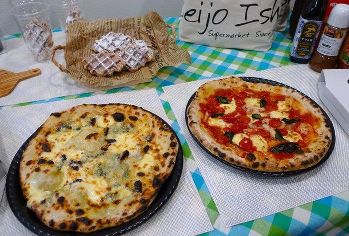 成城石井は、4月27日に開店の池尻大橋店で、新商品のピザを発売した。ピザは店内の石窯オーブンで焼き上げられる。できたてを持ち帰れるほか、店内のイートインコーナーでも楽しめる。