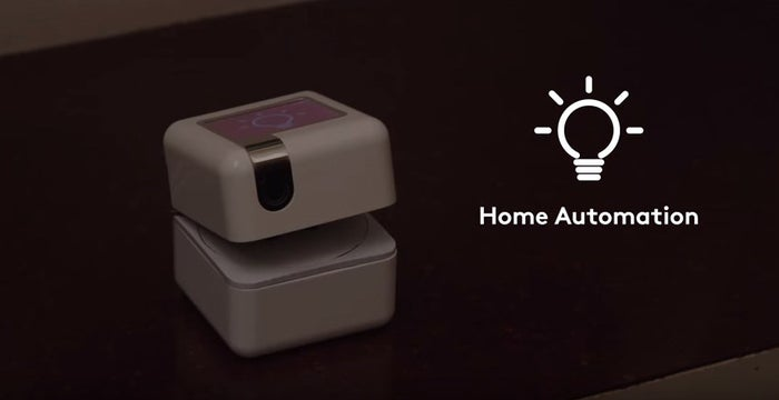 PLEN Cubeには音声認識機能がついているので、PLEN Cubeに話しかけることでさまざまなサポートをしてくれます。その1つが家電操作。PLEN CubeとWebサービスなどを自動で連携してくれる「IFTTT(イフト)」を活用することで、たとえばPLEN Cubeに「電気をつけて」と話しかけることで、ライトをつけてくれます。