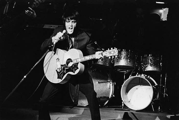 Seine schwarze Tolle ist Kult, aber Elvis hatte von Natur aus kein dunkles Haar. Er war naturblond. Laut seinem Friseur Larry Geller musste sein Haar alle zwei bis drei Wochen gefärbt werden, damit es immer glänzend und tiefschwarz aussah.