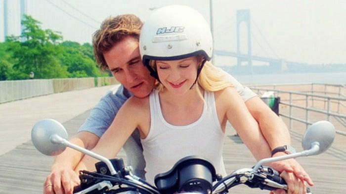 O Matthew McConaughey pode até estar mais focado em filmes que ganham o Oscar hoje em dia, mas ninguém aqui esqueceu que ele era galã de comédia romântica no começo dos anos 2000. Temos aqui um filme maravilhoso em que ele faz dupla com a Kate Hudson, uma das musas de comédias românticas.