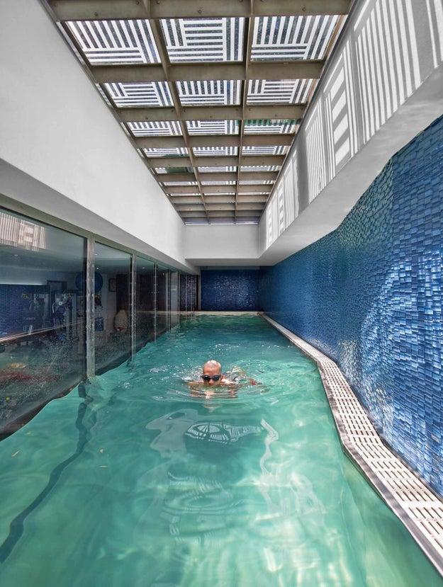 部屋をぐるりと囲う、ニューヨークシティの邸宅内プール。ここでならワークアウトも頑張れそう。