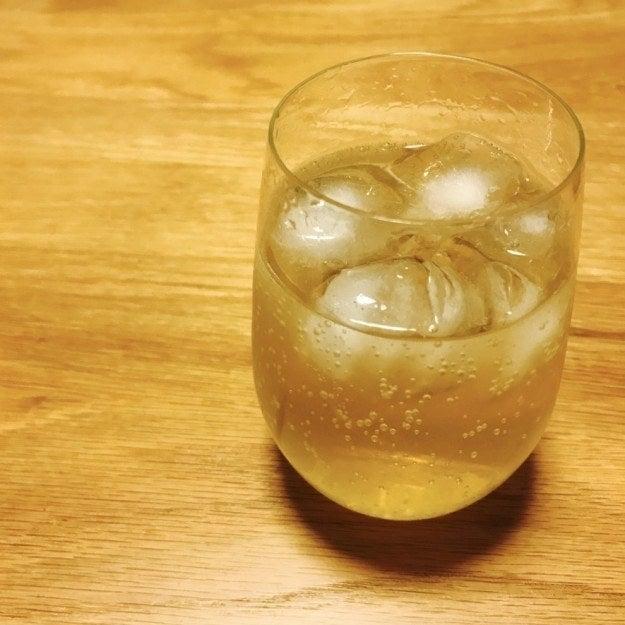フロム・ザ・バレルのネーミングの由来は、再貯蔵の「樽」からほぼそのままの状態で詰められるところにある。瓶詰め前の割り水を最小限にしているため、アルコール度数も51度と高めだ。樽の香りもしっかりしていて、どんな飲み方でも、ウィスキーいいなあ!っていう満足感を得られる。海外でも評価が高いらしく、おみやげに買って帰る外国人観光客も多いと聞く。酒屋でも品切れだったりする。だから、Amazonで在庫を見かけたらチャンスと思って買うようにしている。2580円と決して安くはないけれど、この味でこの値段なら全然ありだなと思える、いわゆるコスパで考えるととても美味しい商品なのだ。