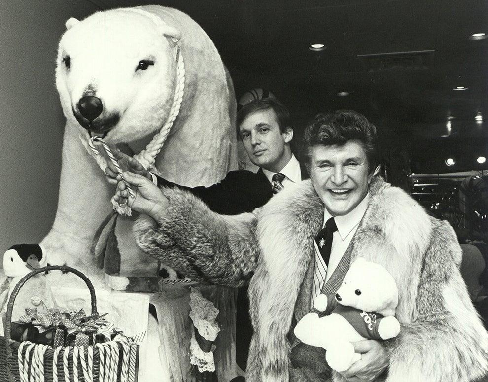 """Donald Trump poniéndose cómodo con Liberace y su oso polar """"mascota"""", allá por 1990:"""