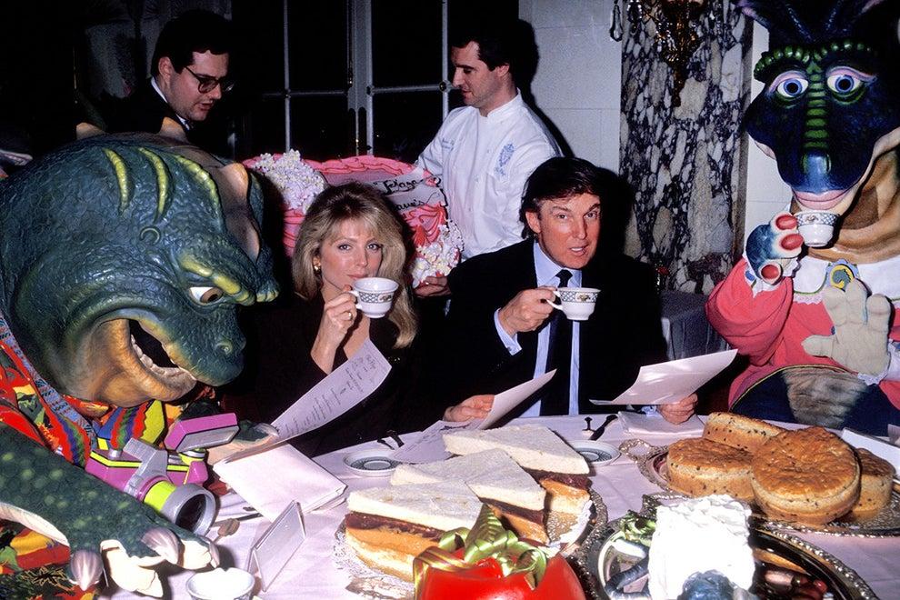 Cuando Trump se sentó a tomar té y bollos extrañamente grandes con Dinosaurios en 1992: